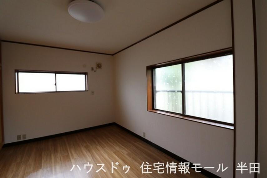 寝室 2面採光で明るい洋室。 主寝室にいかがでしょうか。