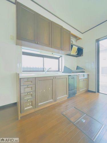 キッチン 炊飯器や食器も片付きスッキリ