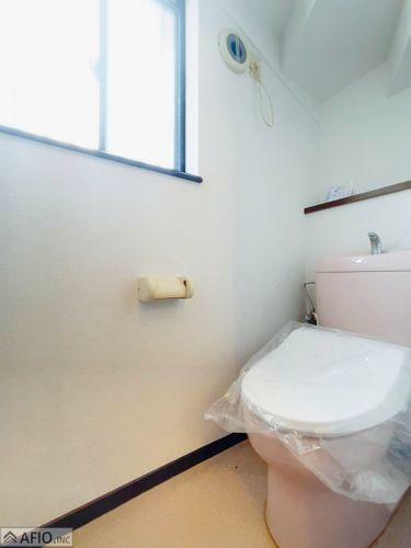 トイレ 窓付きの明るいトイレ