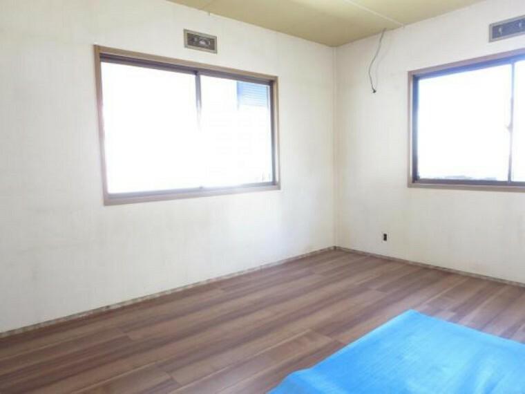 【リフォーム中】2階洋室 床のフローリング施工中。クロスの張替え照明新設を行います。