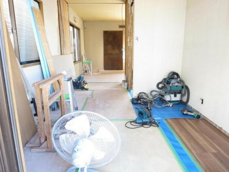【リフォーム中】2階5.5帖洋室 床は住友林業クレスト製のキズが付きにくくワックス不要でお手入れ簡単な床材を使用。壁・天井はクロスを張って建具も新品に交換します。
