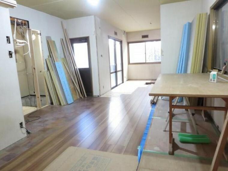 居間・リビング 【リフォーム中】2部屋を改装してリビングを新設予定。床はフローリング施工、壁・天井はクロスを張って仕上げます。キッチンも新品に交換します。