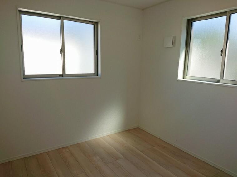 寝室 居室には収納を完備していますので、すっきりと過ごせます。