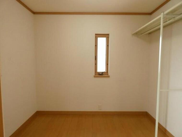 収納 収納力のある納戸がございます。窓付きで湿気がこもりません。
