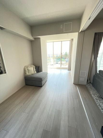 リビング横の約8.8畳洋室です。3枚引き戸はソフトクローズ機能付きです。約6メートルもの奥行きがありますのでベッドとソファを配置する等の贅沢なレイアウトが可能になります。