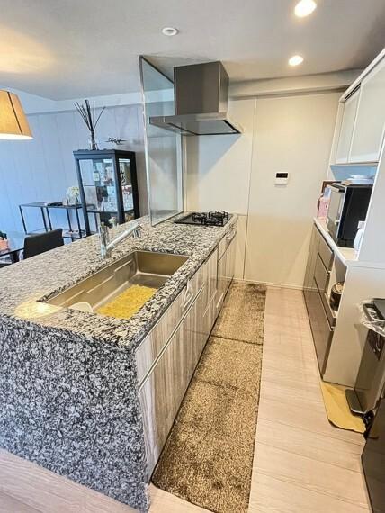 キッチン 高級感のある天然御影石のキッチンカウンターです。キッチンサイドパネルも天然御影石の採用となります。コンロ前は耐熱ガラスタイプの為、開放的なキッチンワークが楽しめます。食器洗い乾燥機付きです。