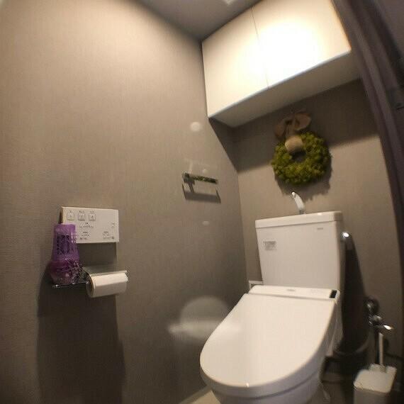 トイレ ウォシュレット、ウォームレット機能付きのトイレです。壁紙はシックなグレイで落ち着ける空間の演出となります。