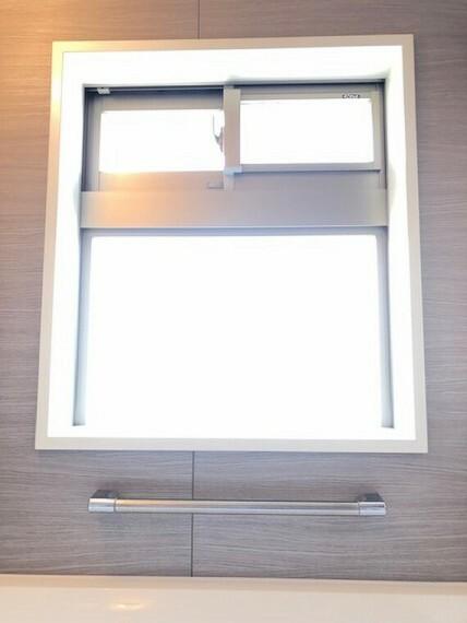 浴室 大型の風呂窓設置。換気が行いやすくカビ発生防止等のメリットは勿論、明るいので休日日中にも思わず入浴を楽しみたくなりますね。