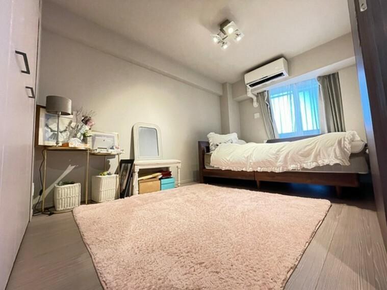 約7.1畳の寝室設定のお部屋です。クイーンサイズのベッドを配置していらっしゃいますがそれでも室内スペースには余裕があり広さを感じられるお部屋です。