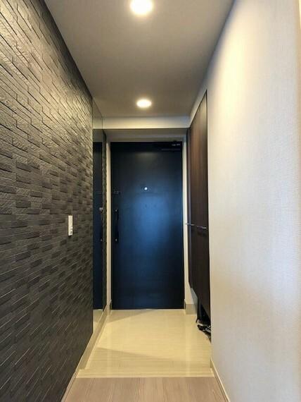 玄関 玄関先には人感センサーが設置されていますので外出先から戻られたら証明が自動点灯します。玄関右手には姿見鏡の設置、同じく右手に落ち着いてカラーのエコカラットの設置がなされております。
