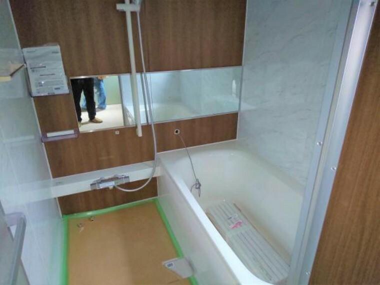 専用部・室内写真 【リフォーム中写真】浴室はハウステック製の新品のユニットバスに交換します。足を伸ばせる1坪サイズの広々とした浴槽で、1日の疲れをゆっくり癒すことができますよ。