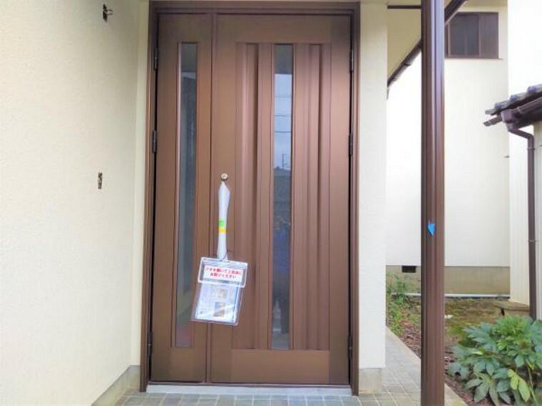 【リフォーム中】玄関の写真です。玄関扉は交換し、ポーチライト、カラーテレビインターフォンを新設して、清潔感のある玄関に仕上げます。鍵はシリンダーも含めて新品交換しますので安心ですね。