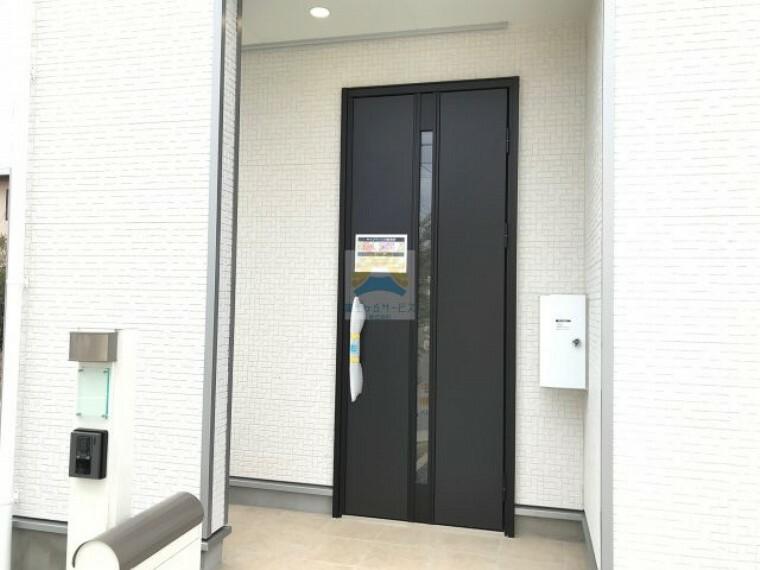 玄関 同仕様建物の玄関。カラーは異なることがございます。