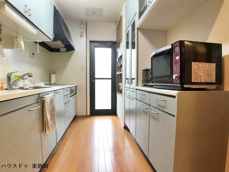 キッチン 勝手口のあるキッチンです。ゴミを一時的に保管したい時、キッチンの風通しをよくしたい時に便利です。