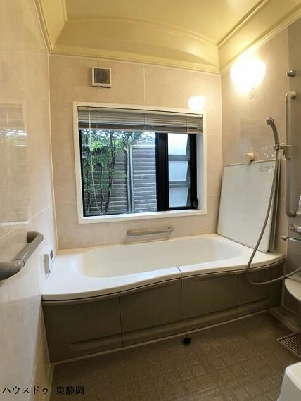 浴室 大理石調のタイルがゴージャスなお風呂。周囲に囲いがあるため、窓を開けて露店風呂のような開放感を楽しめます。