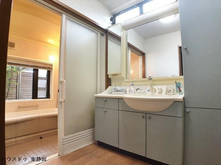 洗面化粧台 大きな収納のある洗面台です。シャワーヘッド水栓を利用しているため、ボウルのお掃除等も楽ちん