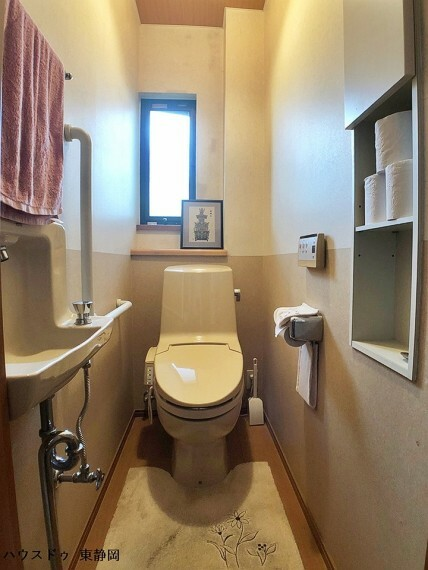 トイレ お子様も使い易い手洗い場のあるトイレです。洗浄機能付きのトイレのため快適に利用できます。