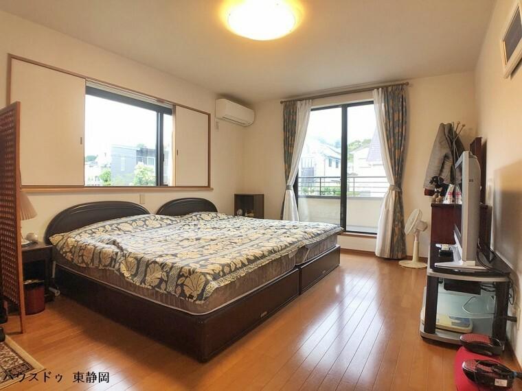 寝室 10帖居室。大型の家具を置いても余裕の広さです。窓には引き戸があるためカーテン要らず!