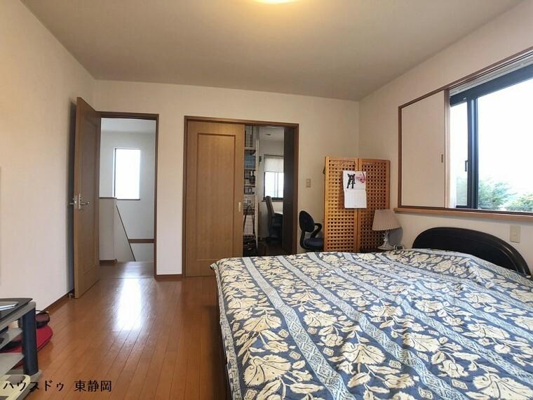 寝室 10帖居室。二面採光のお部屋なので通風良好。書斎が備わっています。