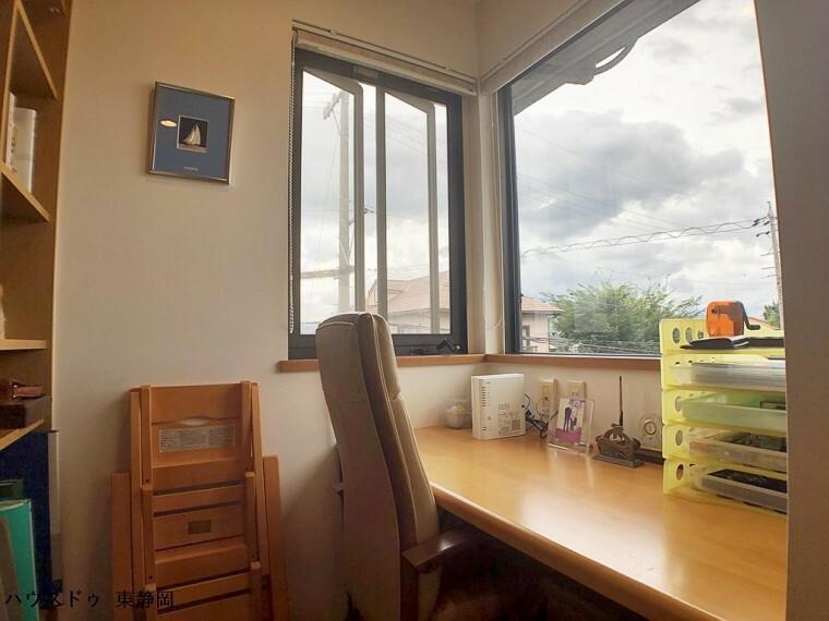 二面の窓に面した書斎は、作業に集中するのに持ってこいのスペース。大人の秘密基地のような空間です。