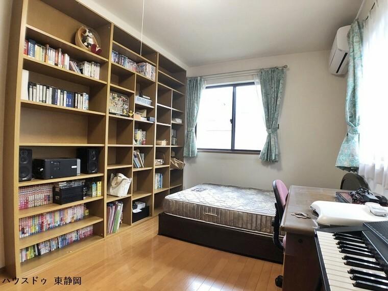 洋室 6.5帖居室。収納の多いお部屋のため、居住空間を存分に使用できます。