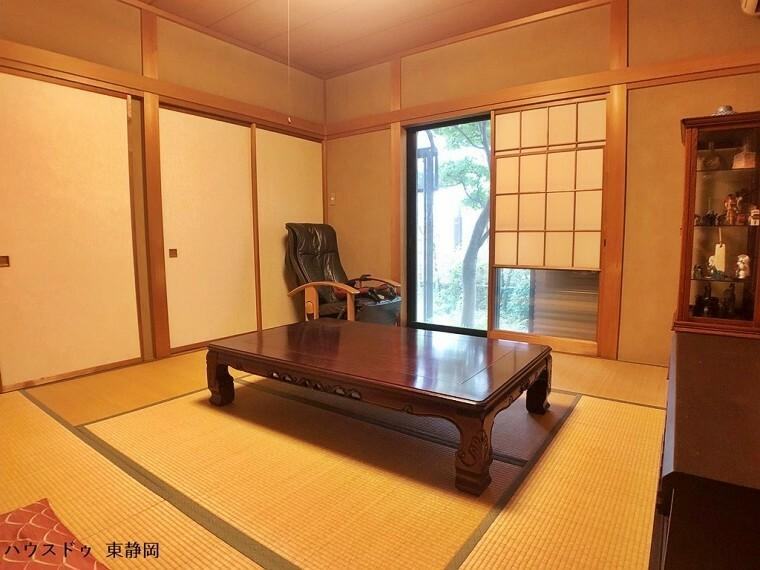 和室 8帖和室。雪見障子が旅館のような雰囲気を醸し出すお部屋です。