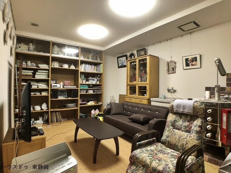 地下アトリエ。日の当たらない地下室は、コレクションを置いたり、デッサン等にピッタリのお部屋。