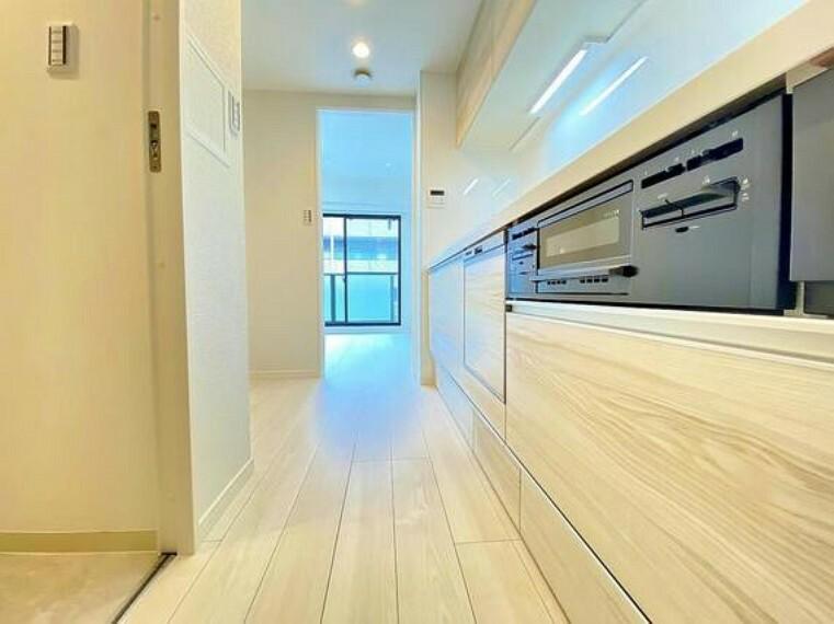 キッチン 大型の冷蔵庫やレンジボードもしっかり置ける広々としたキッチンスペース。