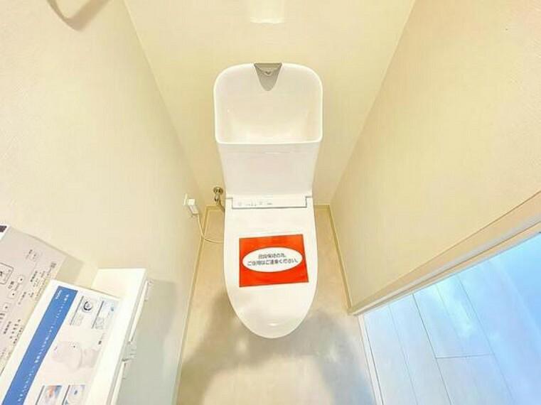 トイレ 清潔な空間であって頂けますように、目に留まるだけではなく、汚れをふき取り易いフロアと壁紙をチョイス。