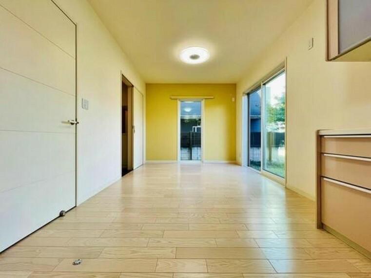 居間・リビング 家は、ただ生活する場ではなく、笑顔の毎日、安らぎの日々のために、暮らしを愉しく、快適にする場所。