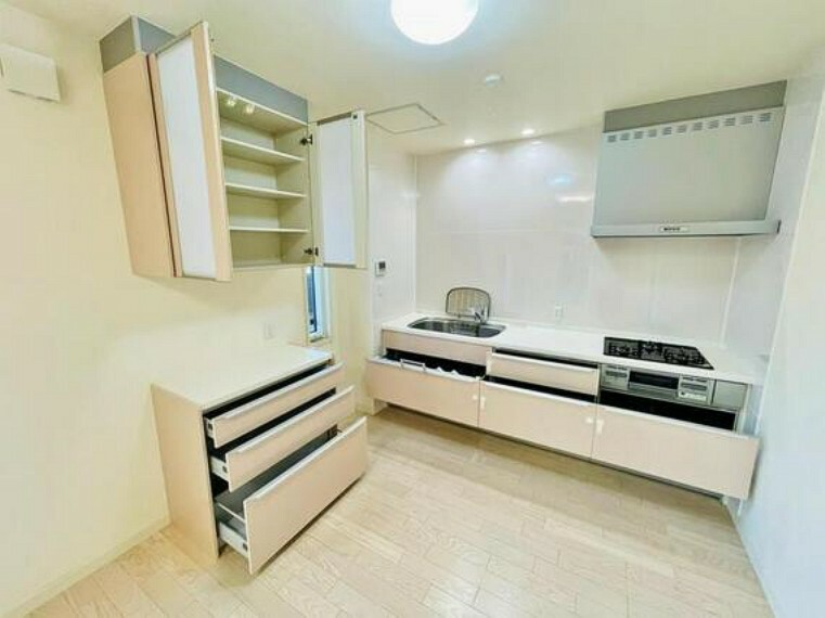 キッチン 夫婦そろってキッチンに立っても調理がしやすく余裕の広さ。家事をしながら会話も弾みます。