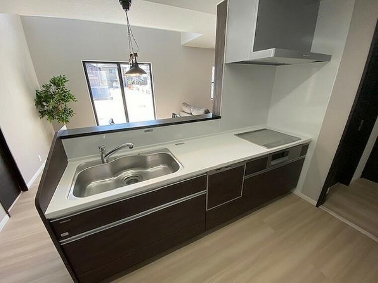 キッチン 毎日の家事負担を軽減する嬉しい設備です。出し入れしやすく使い勝手の良いスライド収納も重宝します。