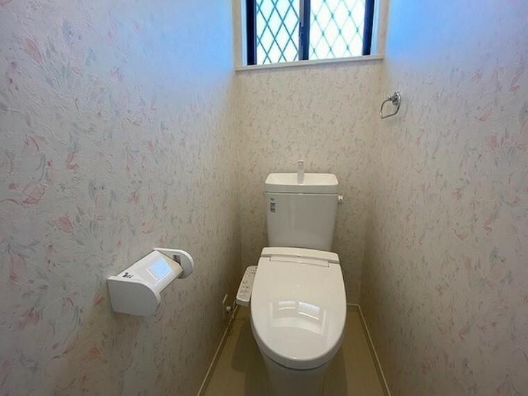 トイレ 窓付きで明るく換気も充分なトイレは温水洗浄便座仕様で清潔です。