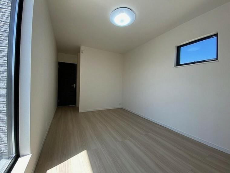 洋室 洋室:7.5帖の採光良好な洋室は、快適空間。自分好みのインテリアで、自分だけのプライベートタイムをゆったりとお過ごし頂けます。