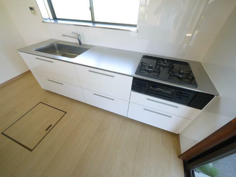 キッチン 窓があり、暖かな陽が差し込みます。使い勝手の良い新品システムキッチン