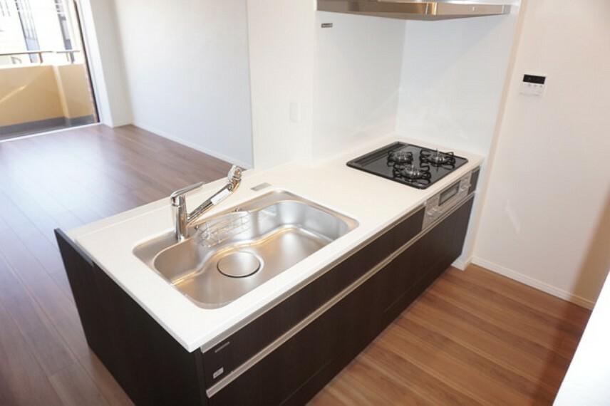 キッチン 料理をしながらお部屋を見渡せる対面キッチン