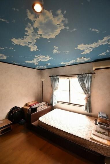 洋室の一部には遊び心、空の天井