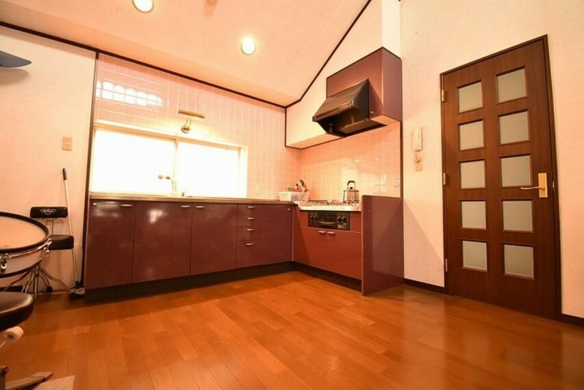 キッチン 2階LDKのL字型キッチン 深い色味のワインレッドが特徴的