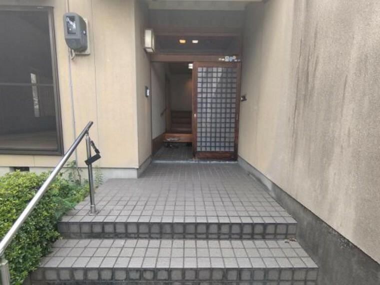 玄関 【リフォーム前】玄関扉は新品交換します。また玄関ポーチが緩やかで、落下の心配もなさそうですね。
