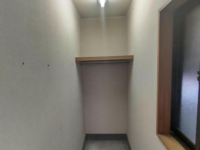玄関 【リフォーム前】玄関の脇にはシューズクロークを作成します。可動棚や靴棚を設けるので収納に便利で、見た目も良くなります。コートなどをかけることができるポール付枕棚も設置します。