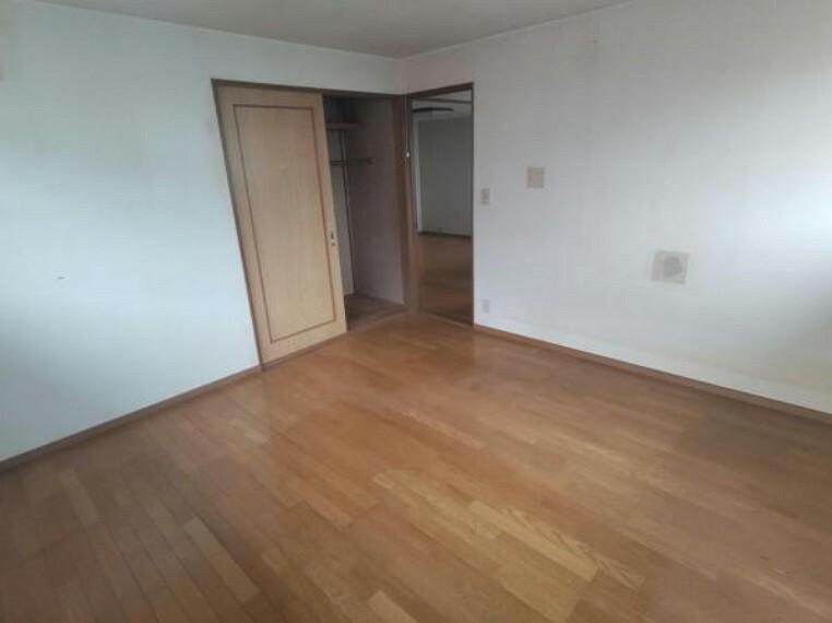 寝室 【リフォーム前】2階の8帖の洋室です。フローリングは重ね張りをして、壁・天井はクロスを張り替えます。押入もクローゼットに交換します。お子様のお部屋には十分な広さですね。