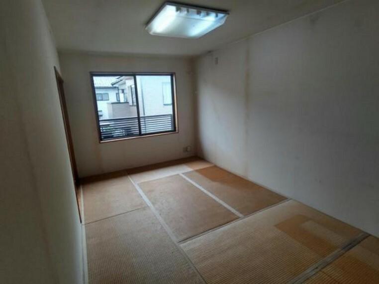 駐車場 【リフォーム前】2階の7.5帖の和室は表替えをします。壁・天井はクロス張替を行います。