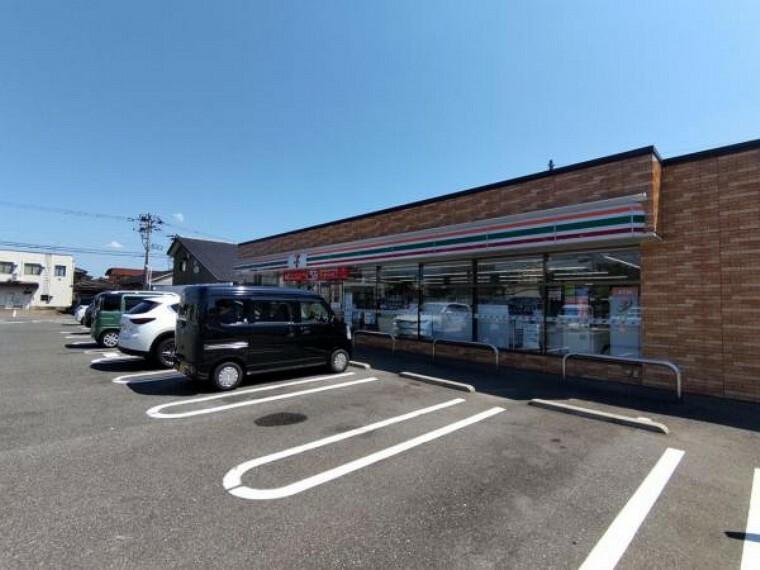 コンビニ 【周辺環境】セブンイレブン新潟荻島店様まで約700m(徒歩9分)です。コンビニが近いとちょっとした散歩にもなっていいですね。