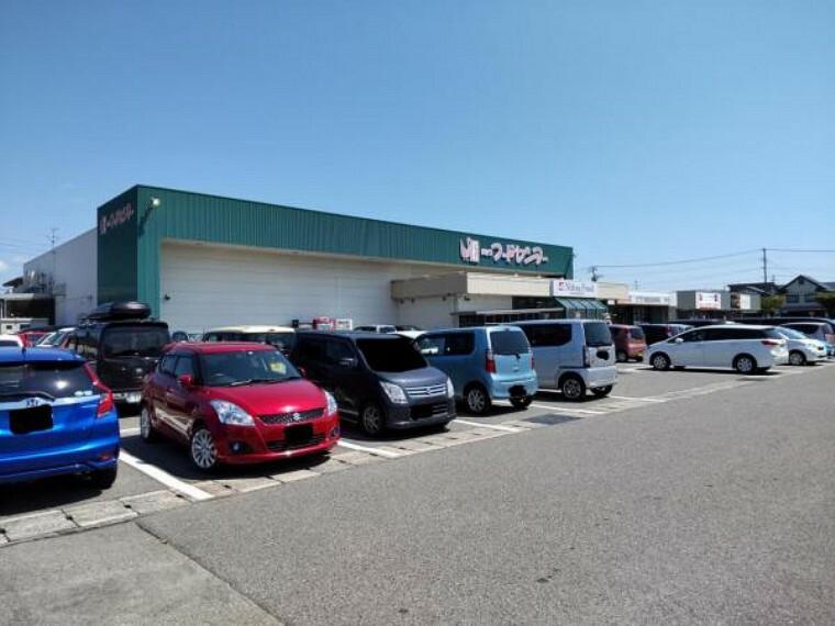 スーパー 【周辺環境】にいつフードセンター荻川店様まで約700m(徒歩9分)です。車で簡単に行ける距離にスーパーがあると、日ごろの買い物には困りませんね。