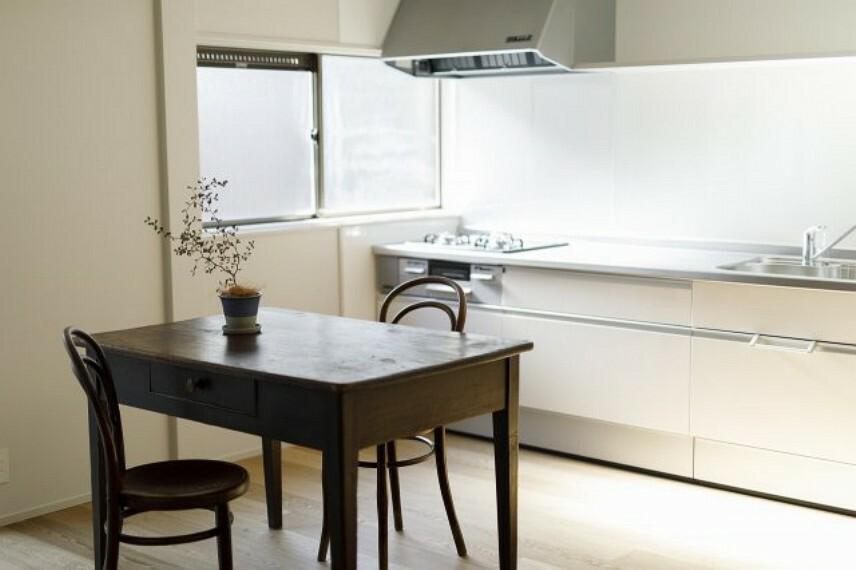 キッチン おしゃれなダイニングキッチンです、システムキッチンも2019年にリフォームが実施されております。