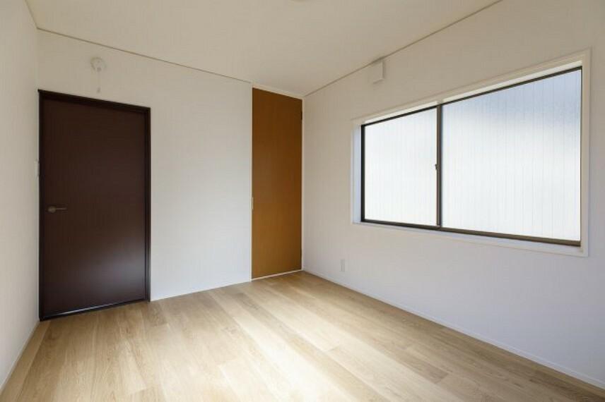 洋室 やわらかい日光が入ります。