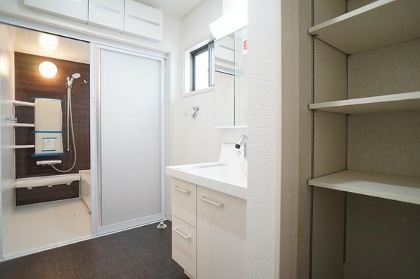 洗面化粧台 ゆとりある広さの洗面室。可動棚付き収納も便利ですね。
