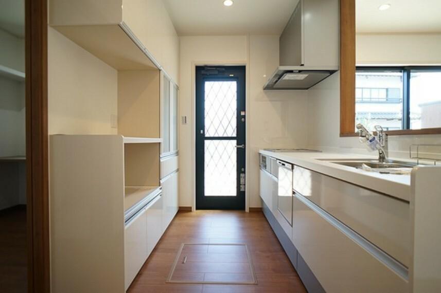キッチン 機能的な収納を備えたシステムキッチン。