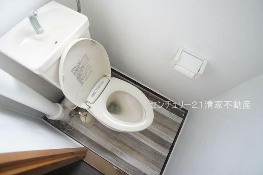 トイレ 白を基調とした、清潔感のある水廻りです。(2021年10月撮影)