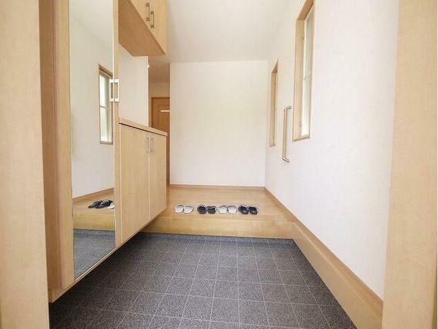 玄関 全面鏡付のシューズボックス、小窓からも彩光もとれており明るく使い勝手の良い玄関ですね。